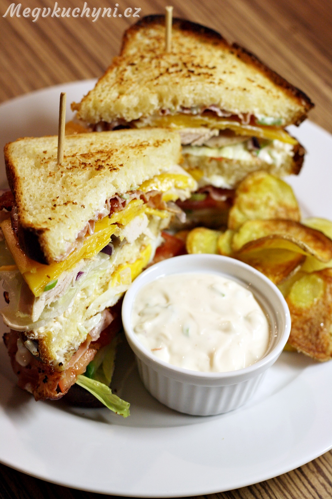 Club sandwich (atoastový chléb kněmu)
