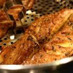 V hrnci vyuzená makrela