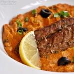 Makrela uzená v hrnci s rajčatovo-cizrnovým pyré