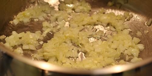 Na oleji osmažíme cibulku a česnek