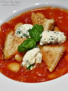 Rajčatová polévka smáslovými fazolemi amozarellou