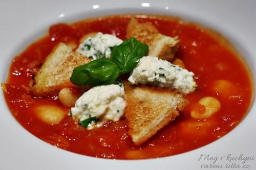 Rajčatová polévka s máslovými fazolemi a mozarellou