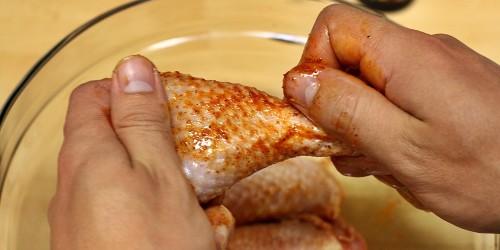 Masáž kuřecích paliček s olejem