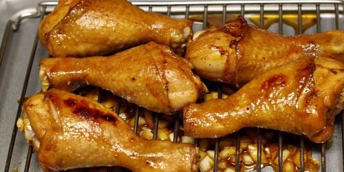 Kuřecí paličky při grilování