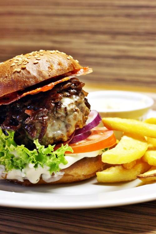 Cheeseburger s cibulovou marmeládou, slaninou a hranolkami