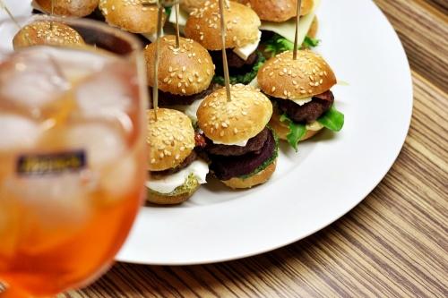 Mini burgery a Aperol Spritz