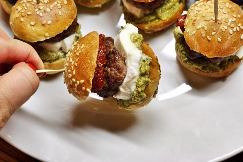 Mini hamburger s bazalkovým pestem, mozarellou a sušeným rajčetem.