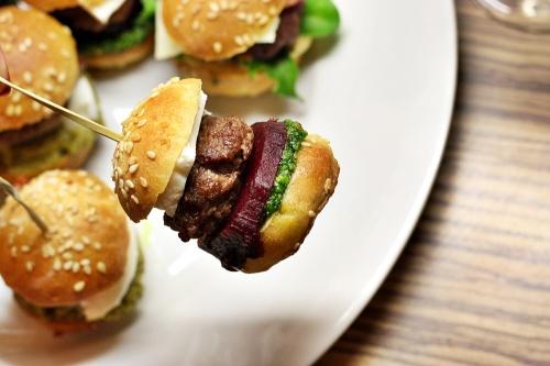 Mini hamburger s pestem z medvědího česneku, pečenou řepou a feta sýrem.