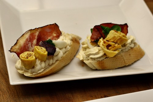Chlebíček s křepelčími vejci a slaninovým chipsem