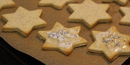 Hvězdičky potřené smetanou a ozdobené