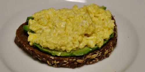 Chléb, avokádo a míchaná vajíčka