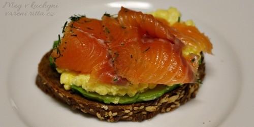 Chléb, avokádo, míchaná vajíčka a marinovaný losos