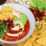 Rajčatová polévka s klobásou a kukuřicí v mexickém stylu
