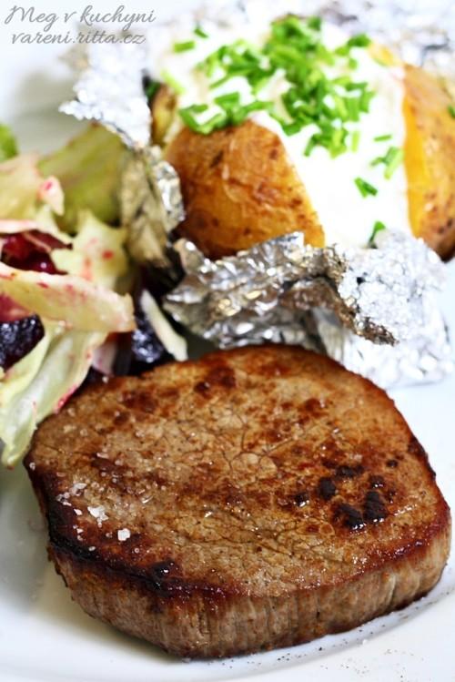 Hovězí steak s pečenou bramborou a domácí lučinou, salát s pečenou červenou řepou