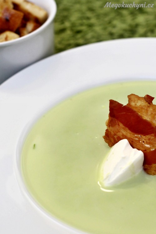 Hrášková polévka se zakysanou smetanou a slaninou