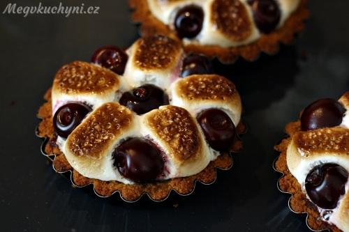 Upečené dortíky s třešněmi a marshmallows