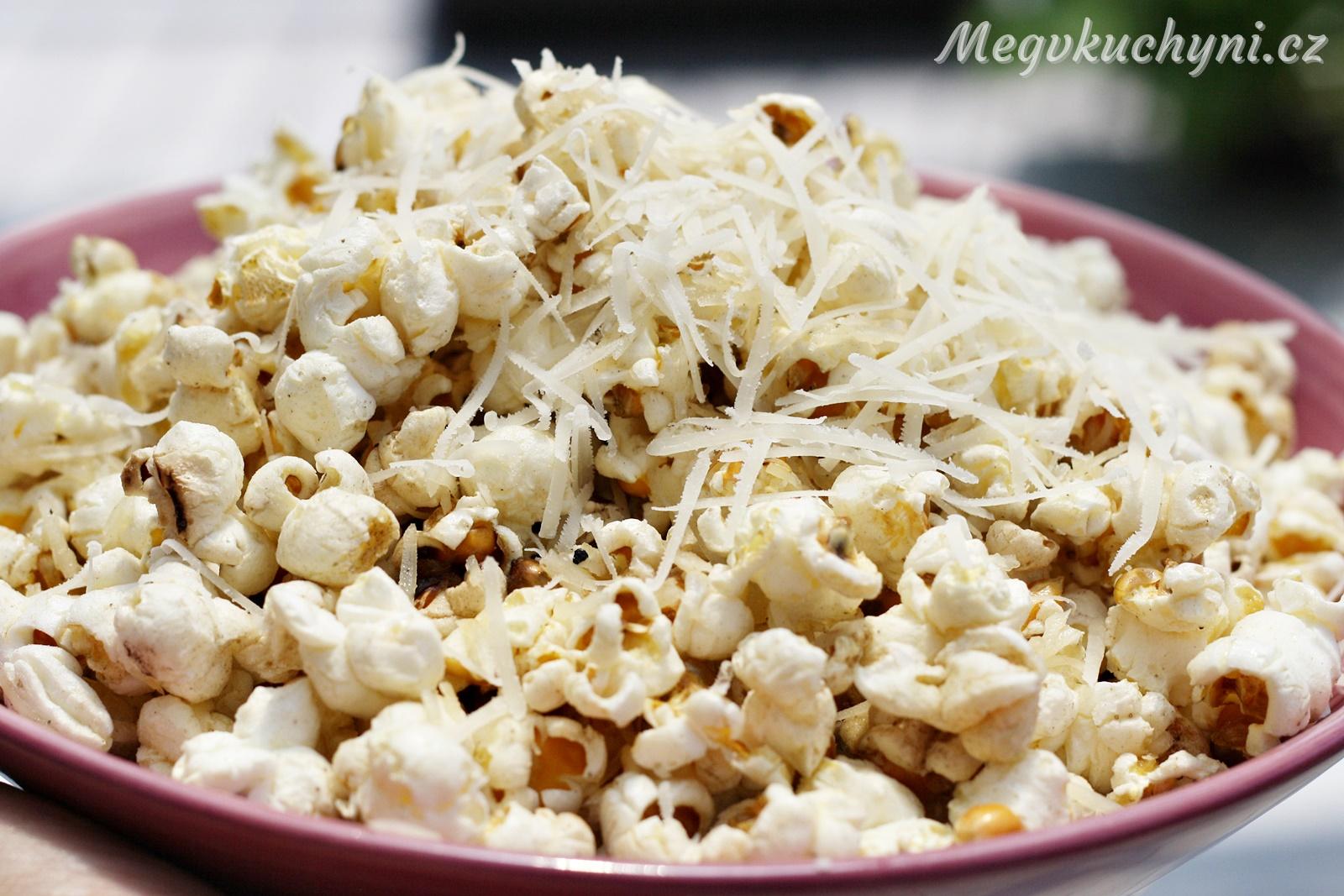 Máslovo-sýrový popcorn