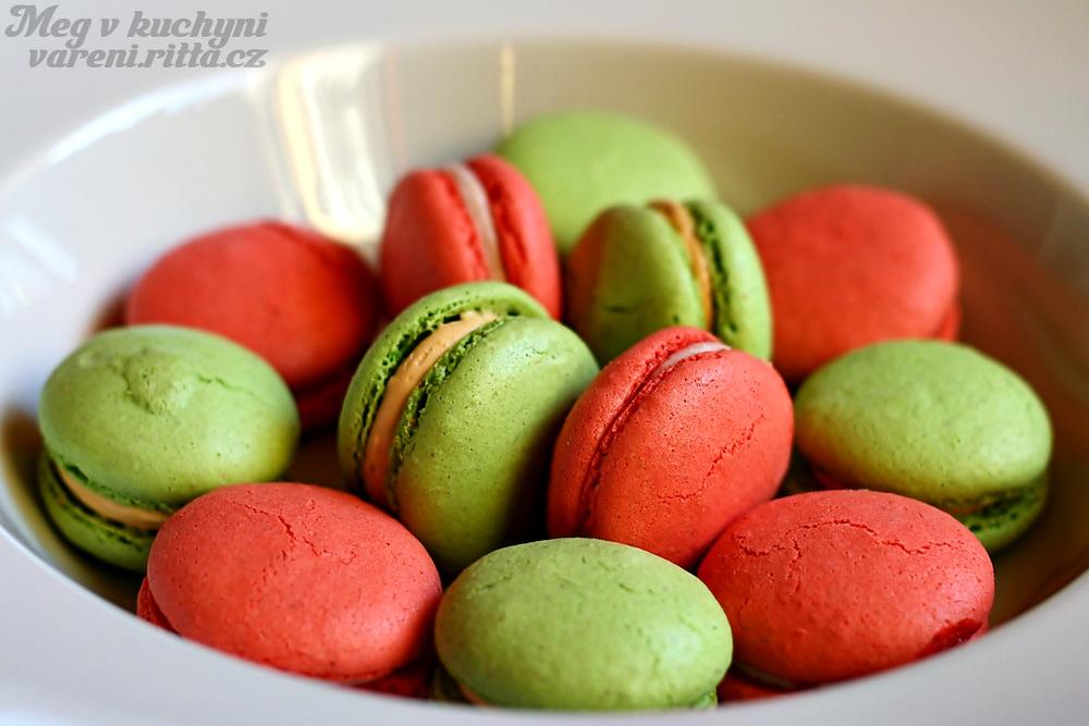 Pistáciové ajahodové macarons