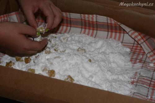 Obalování koláčků v cukru