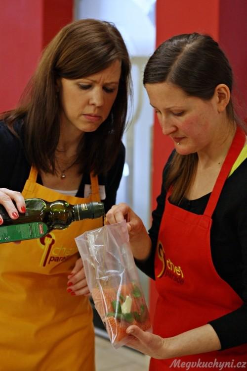 Lucie s Terezkou připravují lososa