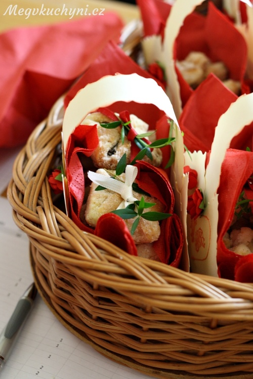 Košíček svatebních koláčků s rohovými koláči