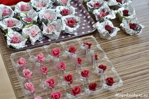 Základ růží z marcipánu