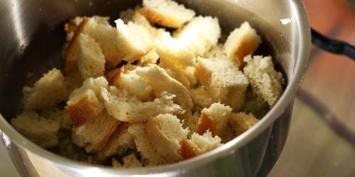 Příprava česnekových krutonů