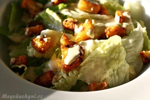 Příprava salátu Caesar