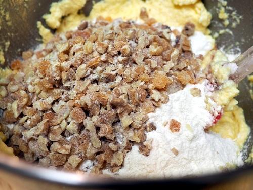 Přidání ořechů a pomeranče do těsta