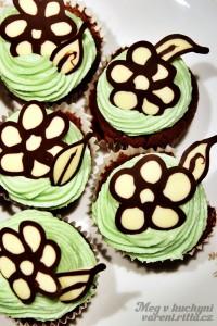 Kakaové cupcakes spistáciovým krémem