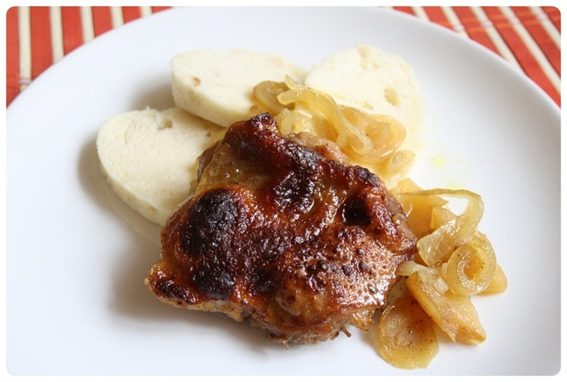 Kuře na jablkách s cibulí a medem