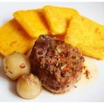 Vepřové maso pečené na víně a cibuli se smaženou polentou